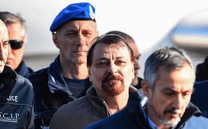 Cesare Battisti escortat de poliţie după sosirea sa la aeroportul Ciampino din Roma, Italia, în 14 ianuarie 2019
