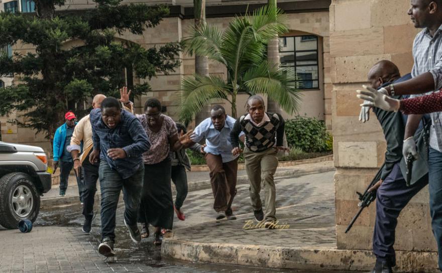 Oameni fug la adăpost după ce au fost salvaţi din Hotelul Dusit din Nairobi, Kenya, 15 ianuarie 2019