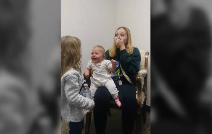 Scarlet Benjamin, o fetiţă de 11 luni din Georgia (SUA), aude pentru prima dată vocile surorii şi mamei sale