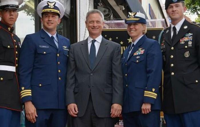 Gary Sinise (în mijloc)