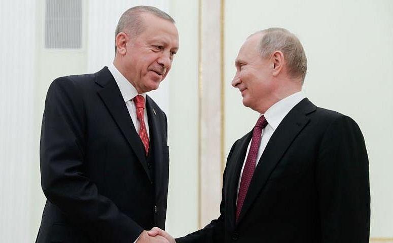 Liderul rus Vladimir Putin (dr) şi omologul său turc Recep Tayyip Erdogan se salută înaintea discuţiilor de la Moscova, 23 ianuarie 2019