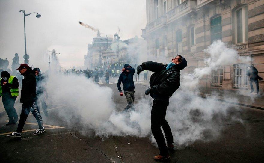 Scenă din timpul protestelor vestelor galbene din 26 ianuarie 2019 în Paris