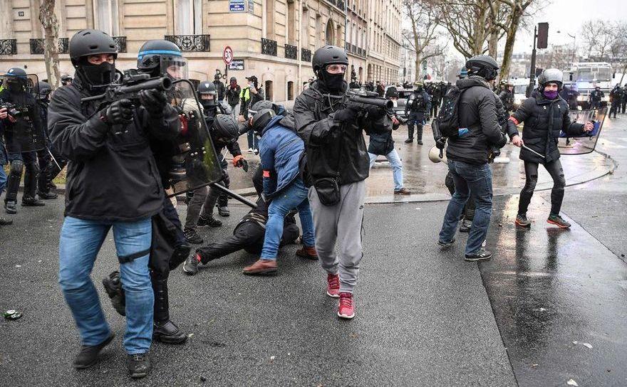 Poliţişti francezi înarmaţi cu lansatoare cu gloanţe de cauciuc în timpul unui protest al vestelor galbene în Paris