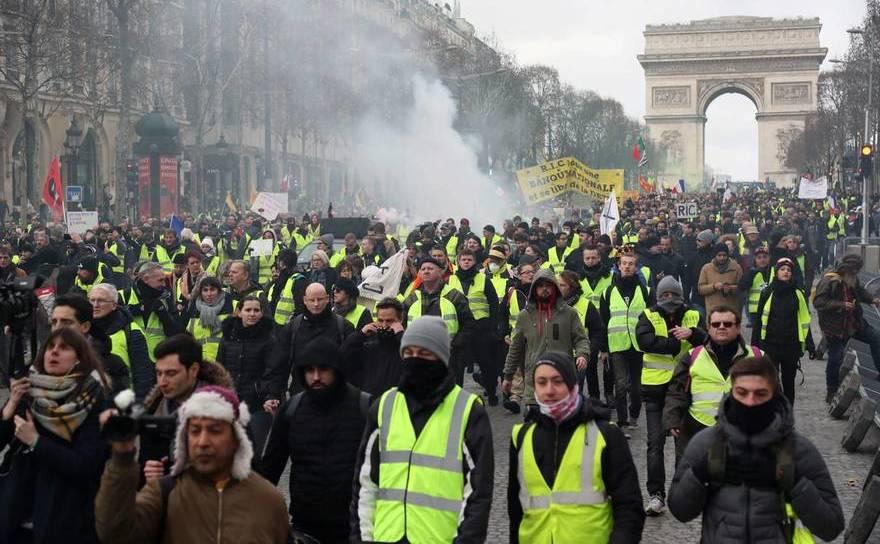 """Protest al """"vestelor galbene"""" în apropierea Arcului de Triumf din Paris, 9 februarie 2019"""