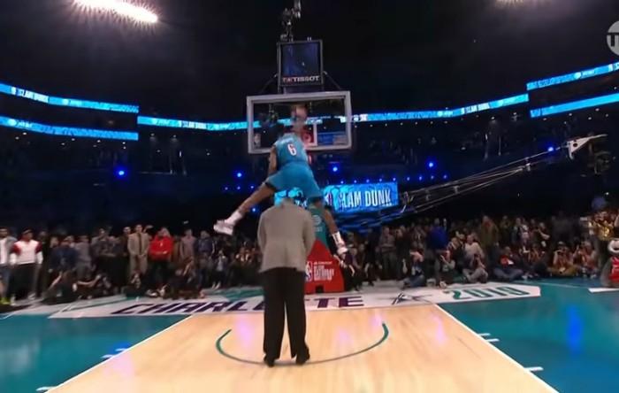 """Jucătorul de baschet Hamidou Diallo """"zboară"""" peste Shaquille O'Neal"""