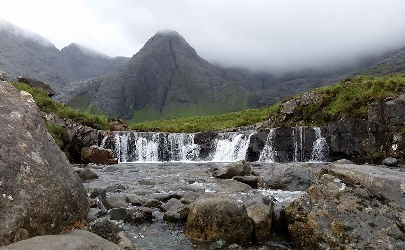 """Magicele Fairy Pools, cunoscute sub numele de """"piscinele zânelor"""", Scoţia."""