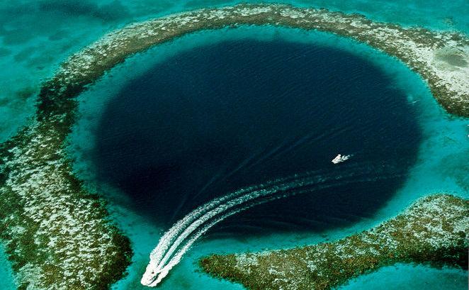 """""""Great Blue Hole"""" are un diametru de 300 de metri şi o adâncime de peste 120 de metri."""