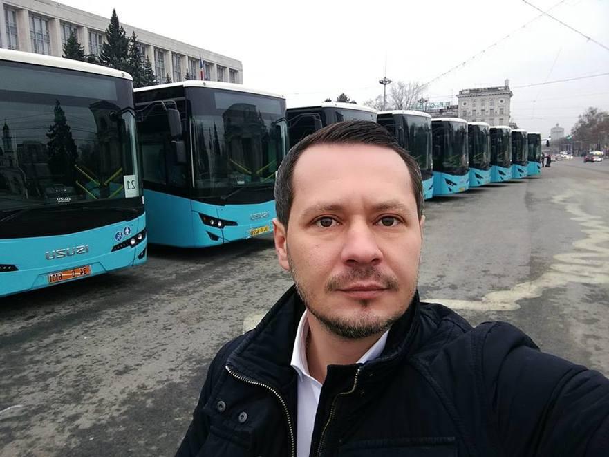 Primarul interimar, Ruslan Codreanu, pe fundalul autobuzelor din PMAN