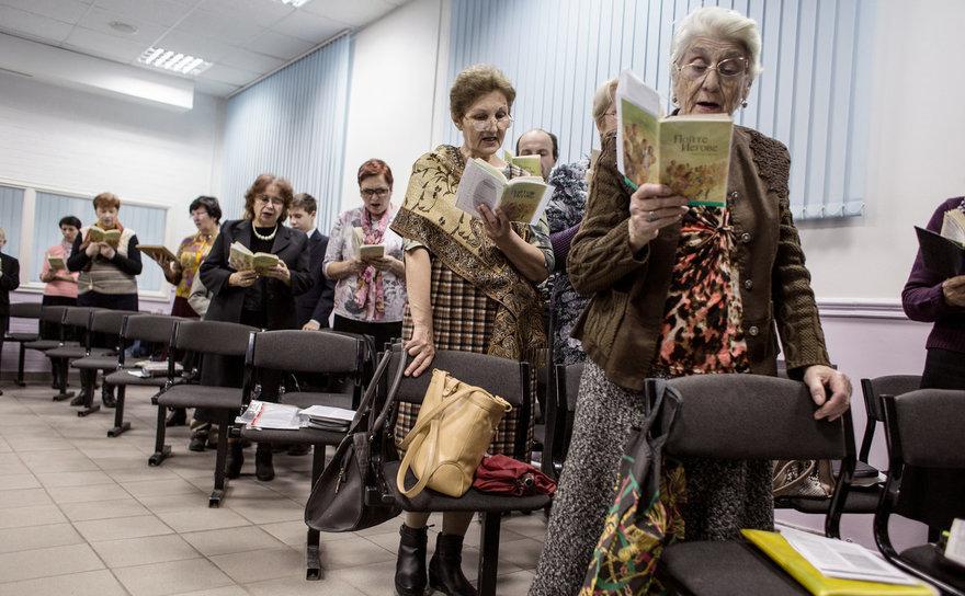 Membri ai grupului religios Martorii lui Iehova în timpul unei întâlniri în Rostov-pe-Don, Rusia