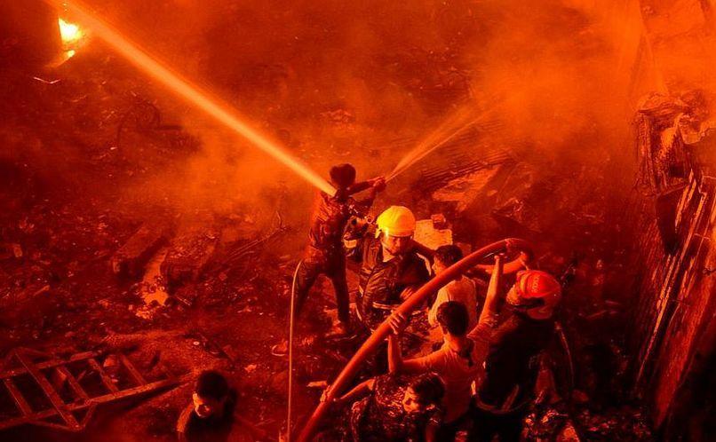 Pompierii luptă cu flăcările în Dhaka, Bangladesh, 20 februarie 2019