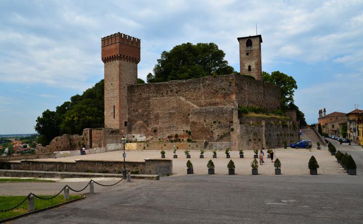 Panorama Castelului Volta Mantovana cu vederea celor două turnuri, Turnul Clopotnita in stânga şi Turnul cu ceas in dreapta.