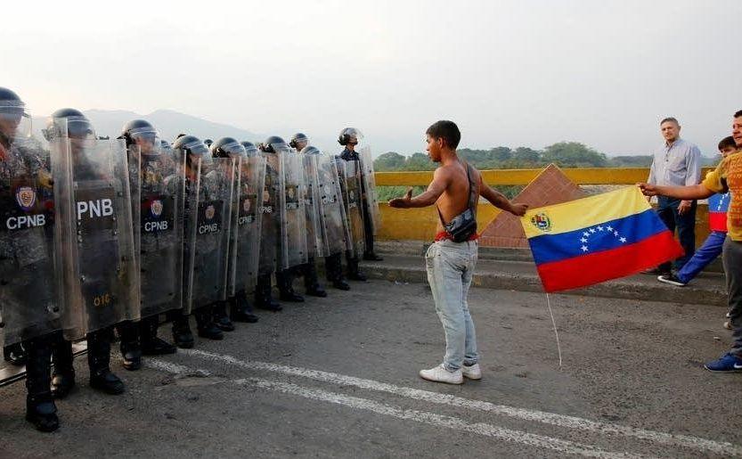 Cetăţeni venezueleni confruntă membri ai Gărzii Naţionale pe podul Simon Bolivar din Cucuta, Columbia, 23 februarie 2019