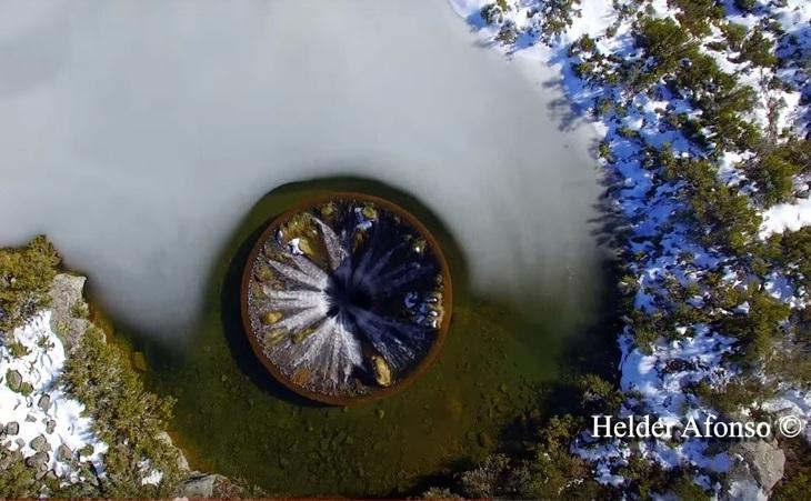 Filmare cu drona a gaurii din lacul Covão do Conchos din Serra da Estrela, in Portugalia.