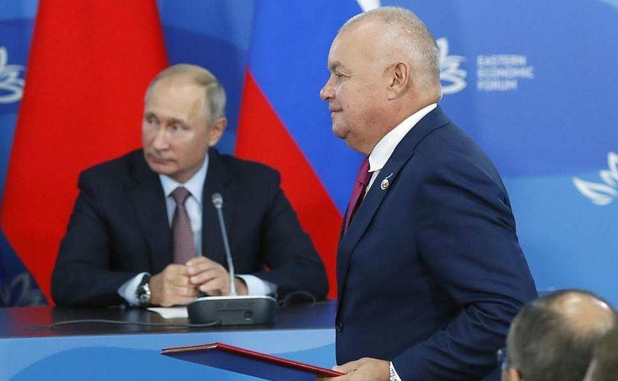 Dmitri Kiseliov (în dreapta), propagandistul şef al Kremlinului