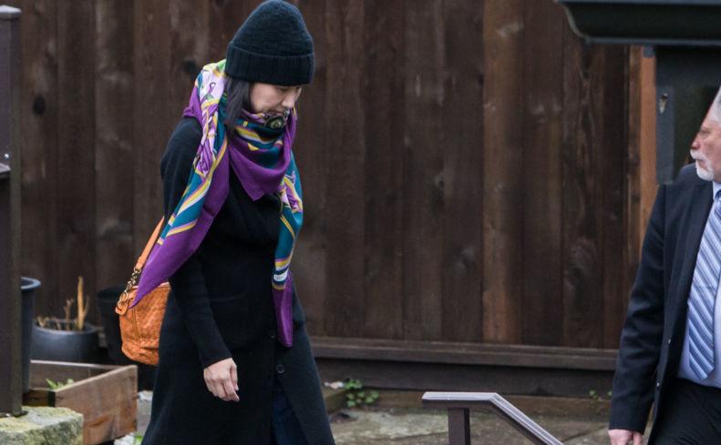 Meng Wanzhou, directorul financiar al Huawei Technologies Co., pleacă din locuinţa ei din Vancouver, Canada, sub monitorizarea serviciului de securitate, 12 decembrie 2018