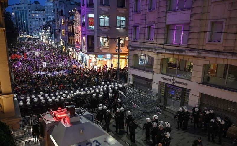 Poliţia trimisă să oprească un protest împotriva violenţei împotriva femeilor în Istanbul, Turcia, 8 martie 2019