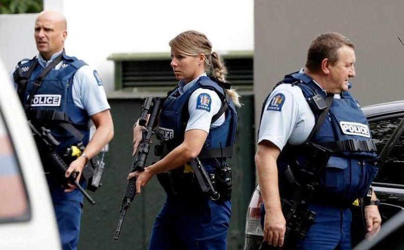 Poliţişti patrulează în faţa unei moschei din centrul oraşului neozeelandez Christchurch