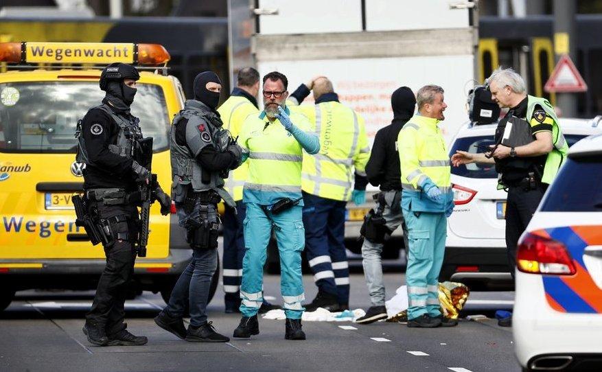 Membri ai serviciilor de urgenţă inspectează locul unui atac armat în Utrecht, Olanda, 18 martie 2019