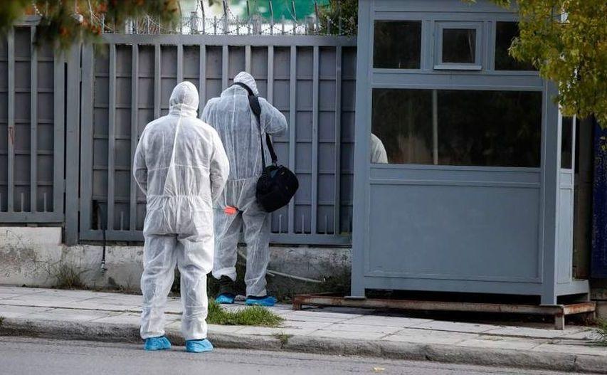Experţi medico-legali cercetează zona din afara Consulatului rus din Atena, 22 martie 2019
