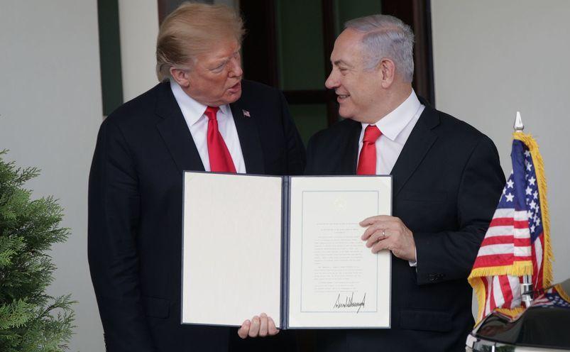 Donald Trump şi Benjamin Netanyahu prezintă actul oficial de recunoaştere de către SUA a suveranităţii Israelui asupra Înălţimilor Golan, la Casa   Albă, Washington, 25 martie 2019