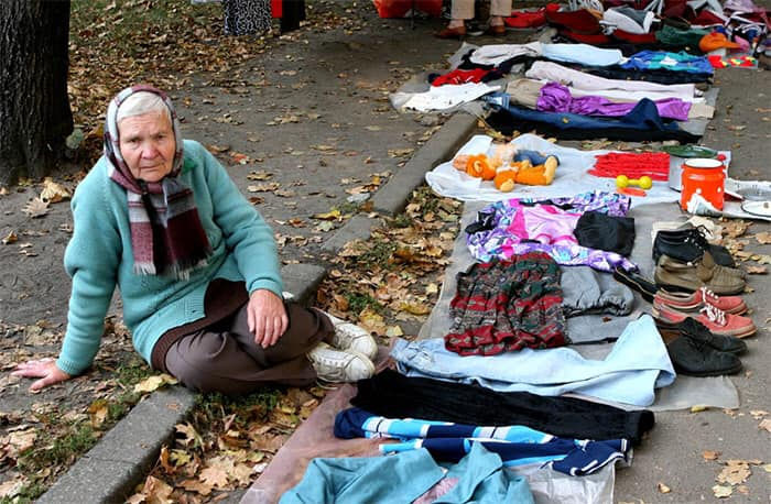 Pensionară din R. Moldova care îşi vinde lucrurile personale pentru a supravieţui