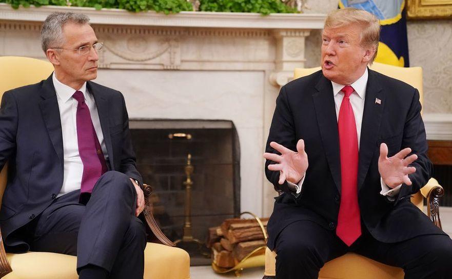 Preşedintele american Donald Trump (dr) şi secretarul general al NATO,  Jens Stoltenberg discută cu reporterii la Casa Albă, în Washington D.C.,  2 aprilie 2019