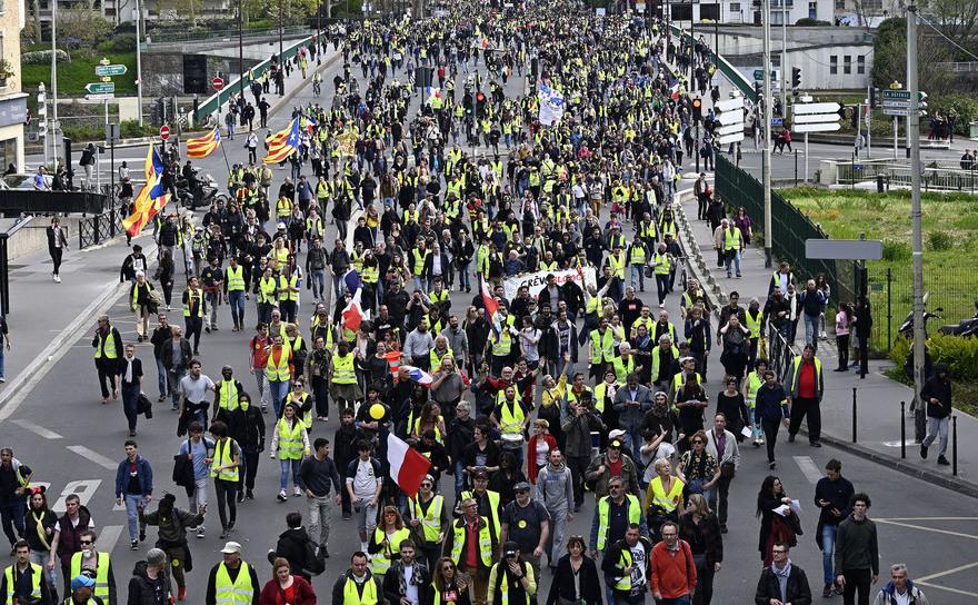 Protest al manifestanţilor vestele galbene în districtul de afaceri La Defense, Paris, 6 aprilie 2019