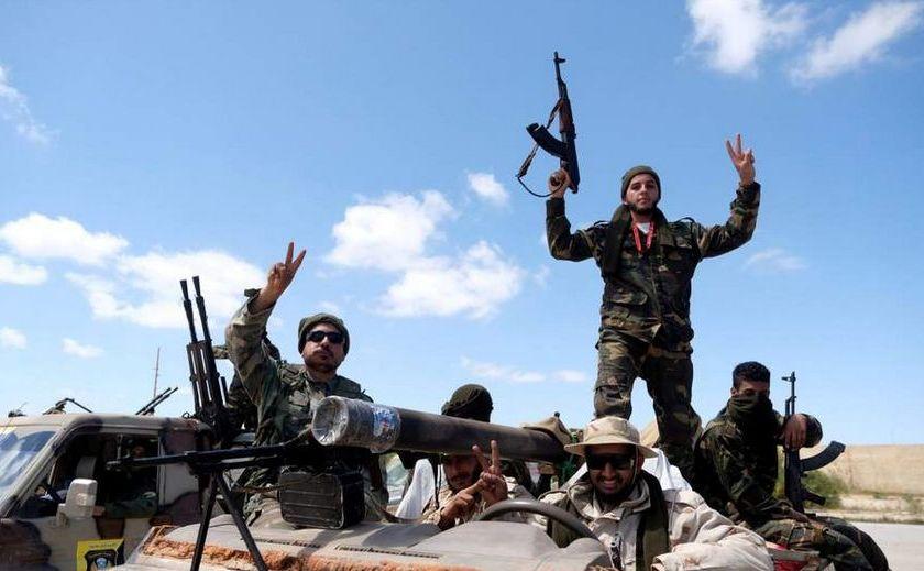 Soldaţi ai Armatei Naţionale Libiene în drum spre Tripoli