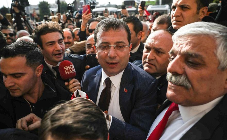 Ekrem Imamoglu (centru) soseşte la biroul Comisiei Electorale Provinciale din Istanbul în 17 aprilie 2019