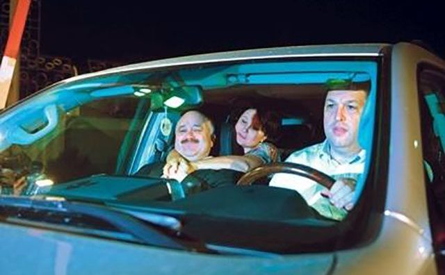Senatorul PSD Serban Nicolae la volanul autoturismului personal, avandu-l in dreapta sa pe fostul lider social-democrat Catalin Voicu.