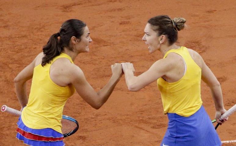 Jucătoarele românce de tenis Monica Niculescu şi Simona Halep.