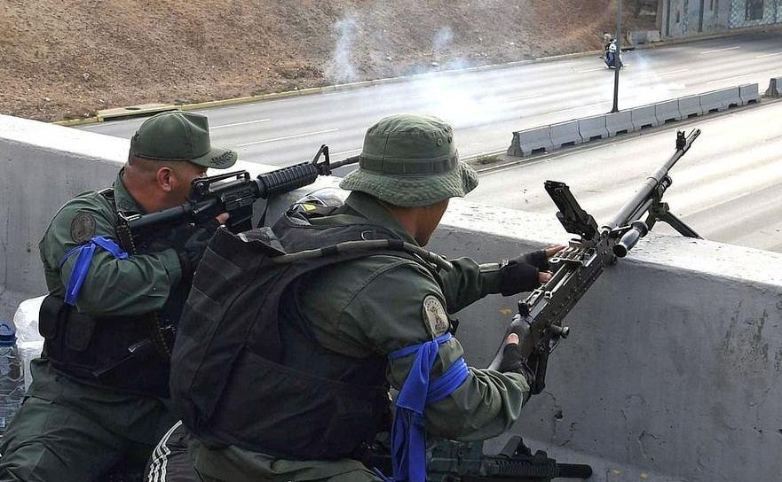 Soldaţi loiali lui Juan Guaido ocupă poziţii lângă baza aeriană La Carlota din Caracas, Venezuele, 30 aprilie 2019