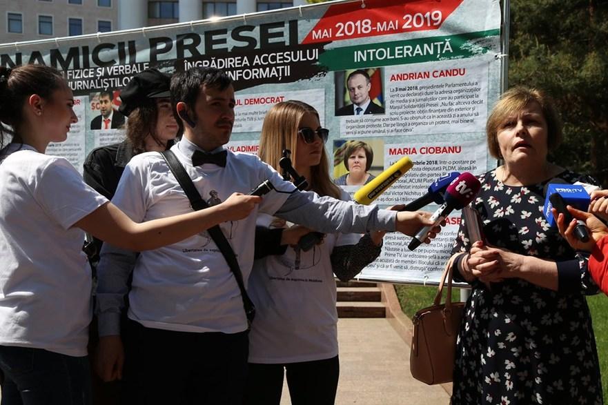 Deputata Maria Ciobanu, prezentă la flashmob-ul jurnaliştilor în faţa Parlamentului R. Moldova, 03.05.2019