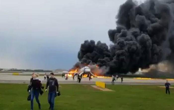 Avion rus în flăcări