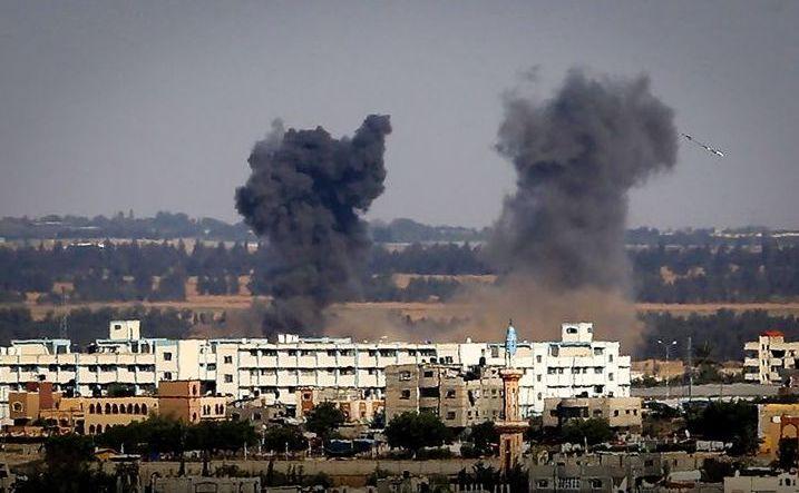 Fum negru se ridică spre cer după un atac aerian israelian în sudul Fâşiei Gaza, 4 mai 2019