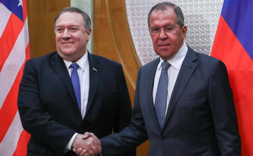 Secretarul de stat american Mike Pompeo (st) şi ministrul rus de externe Serghei Lavrov îşi strâng mâinile în timpul unei întâlniri în staţiunea rusă Soci, în 14 mai 2019. La întâlnire a participat şi liderul rus Vladimir Putin.