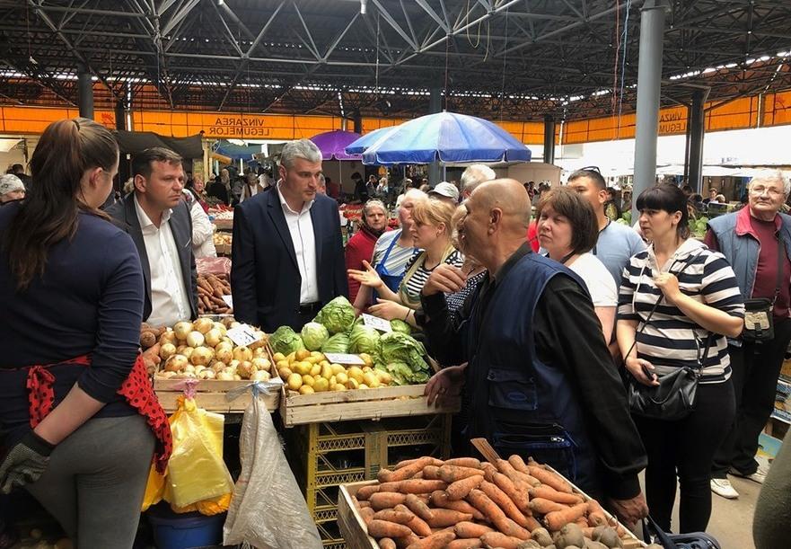 Alexandr Slusari şi Andrei Năstase la Piaţa Centrală din Chişinău