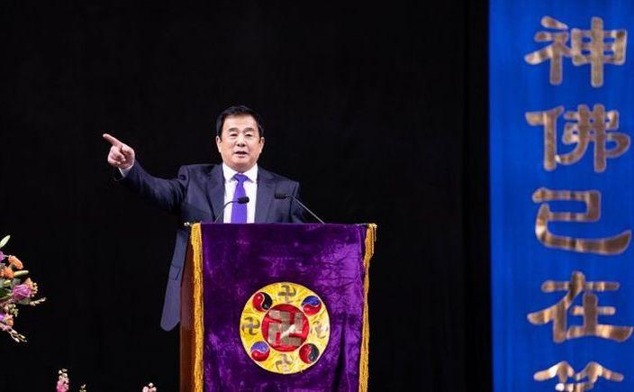 Dnul   Li Hongzhi, fondatorul Falun Dafa, se adresează celor peste 10.000 de   practicanţi prezenţi la Centrul Barclays din Brooklyn, New York City,  în  17 mai 2019