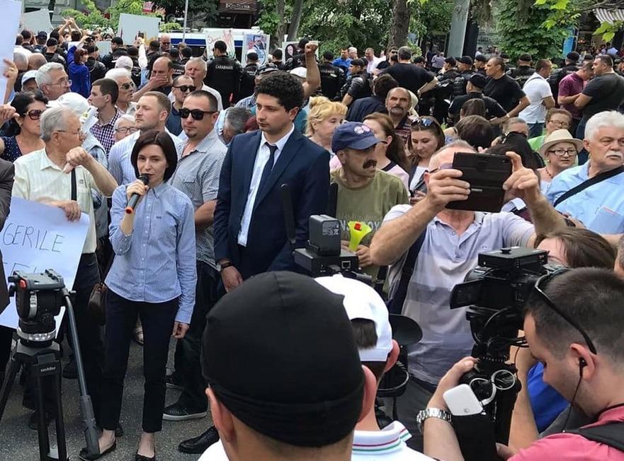 Flash mob în faţa Guvernului, organizat de Blocul ACUM