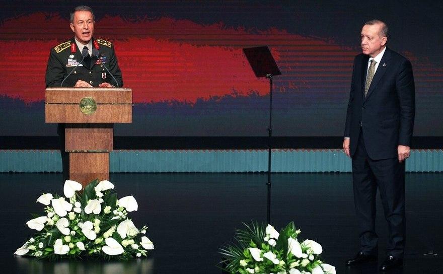 Ministrul turc al apărării Hulusi Akar (st) şi preşedintele turc Recep Tayyip Erdogan
