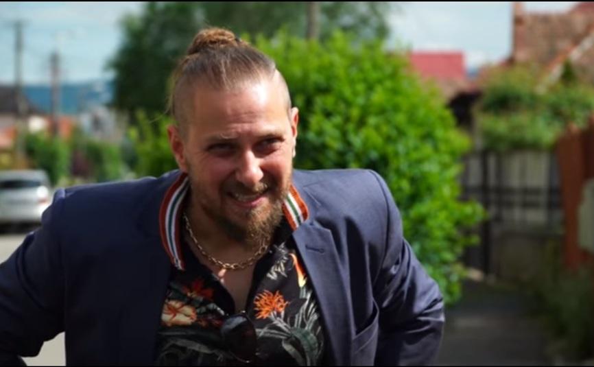 """Secventa din clipul """"Vrei să mă ajuţi? Stai acasă! Nu vota"""", al lui Mircea Bravo."""