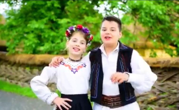 Fratii Sorina şi Corin Pop interpretand cantecul cu mesaj electoral al PSD.