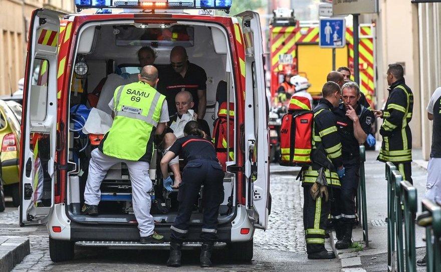 Serviciul de ambulanţă oferă îngrijiri medicale unei persoane rănite în timpul exploziei din Lyon, 24 mai 2019
