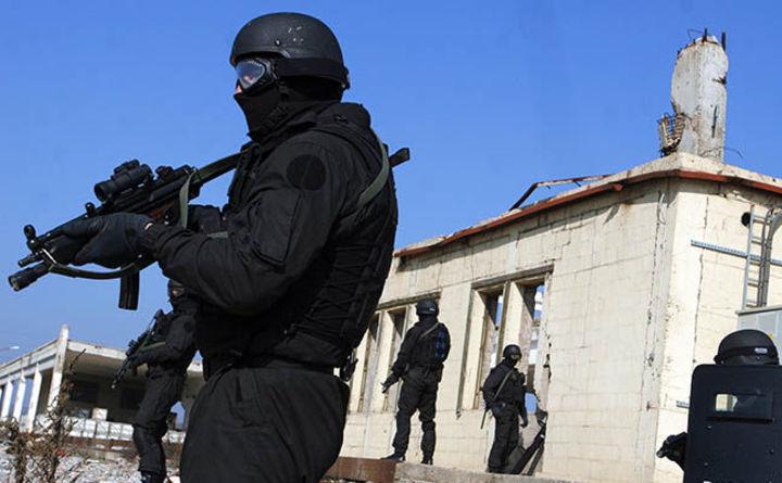 Membri ai unităţilor speciale ale poliţiei din Kosovo