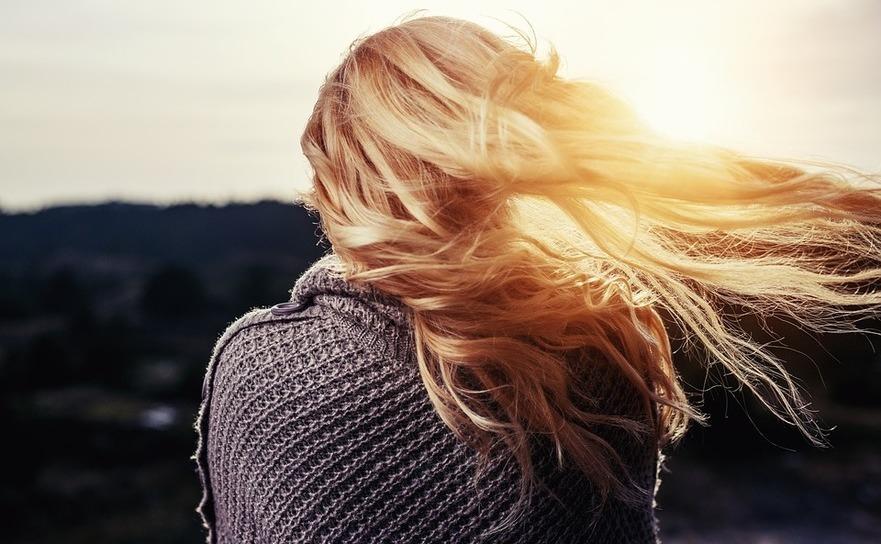 Fată cu păr lung