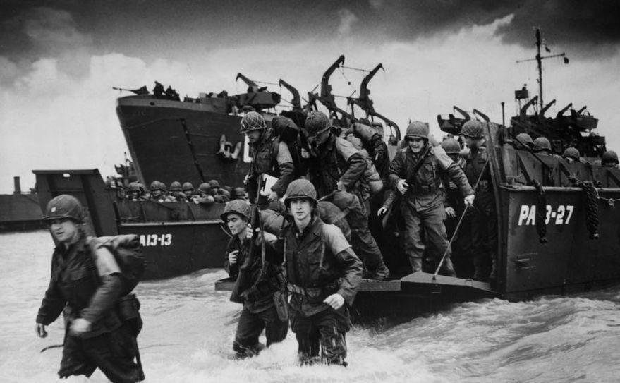 Trupele aliate debarcă pe o plajă din Normandia, Franţa, în 6 iunie 1944