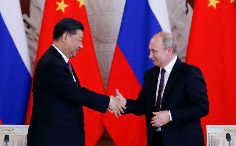 Preşedintele rus Vladimir Putin şi omologul său comunist chinez Xi Jinping îşi strâng mâinile după discuţiilor lor de la Kremlin, Moscova, în 5 iunie 2019