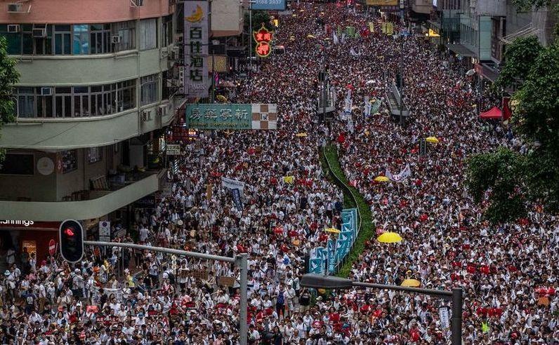 Zeci de mii de manifestanţi mărşăluiesc în Hong Kong, în 9 iunie 2019, împotriva unui proiect de lege care va permite extrădări în China continentală