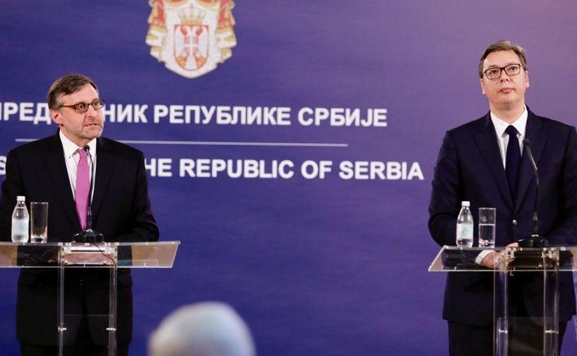 Matthew Palmer, asistent adjunct al secretarului de stat american (st) şi preşedintele sârb Aleksandar Vucic participă la o conferinţă de presă în Belgrad, 10 iunie 2019