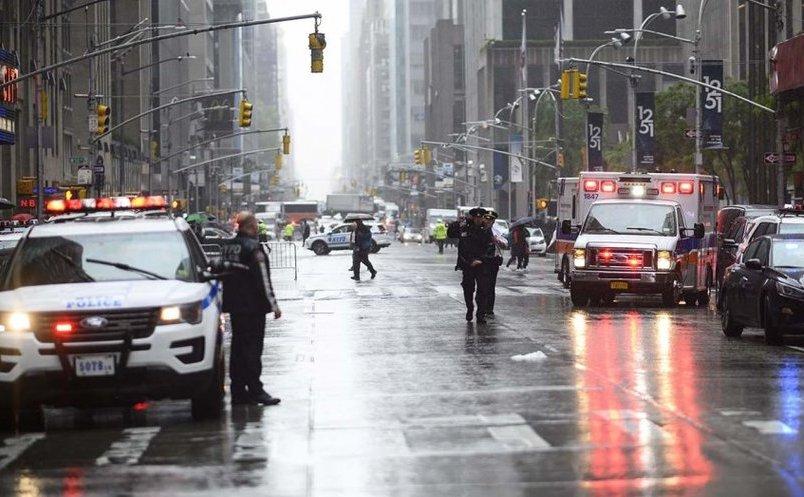 Poliţişti şi membri ai serviciilor de urgenţă prezenţi la locul prăbuşirii elicopterului în Manhattan, 10 iunie 2019
